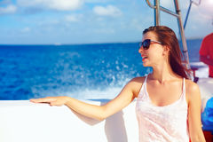 愉快的女孩享受在海洋巡航的暑假在快速汽艇 免版税库存照片