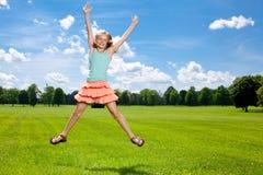 愉快的女孩享受温暖的夏日外面。 免版税图库摄影