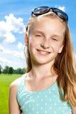 愉快的女孩享受温暖的夏日外面。 库存图片