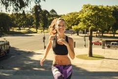 愉快的女孩充分能量赛跑 库存照片