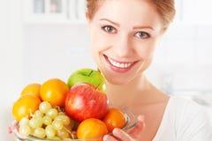 愉快的女孩和健康素食食物,果子 库存照片