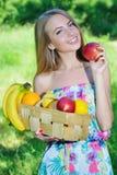 愉快的女孩和健康素食食物,果子 免版税库存图片