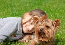 愉快的女孩和她的宠物yorkie画象  免版税库存图片