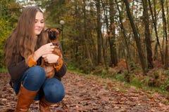 愉快的女孩和她的狗 库存照片