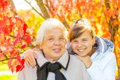 愉快的女孩和她的祖母 免版税图库摄影
