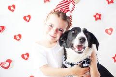 愉快的女孩和狗在圣诞节 免版税图库摄影