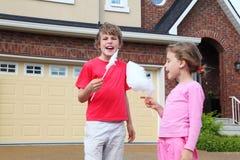 愉快的女孩和男孩用棉花糖尖叫 免版税库存照片