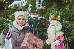 愉快的女孩圣诞节礼物 免版税库存图片