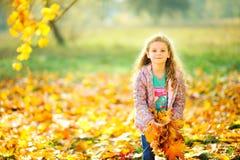 愉快的女孩在一个美丽的晚上公园走 免版税库存照片