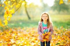 愉快的女孩在一个美丽的晚上公园走 库存照片