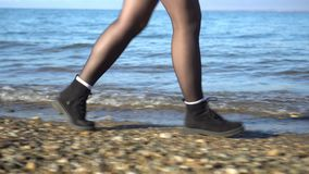 愉快的女孩在与长的颜色头发的海滩上快乐地花费时间 股票录像