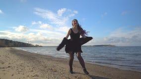 愉快的女孩在与长的颜色头发的海滩上快乐地花费时间 股票视频