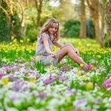 愉快的女孩在公园在一个春日 免版税库存照片