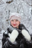 愉快的女孩在冬天森林里 图库摄影