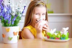 愉快的女孩在家庆祝复活节 免版税图库摄影