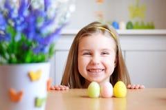 愉快的女孩在家庆祝复活节 库存照片
