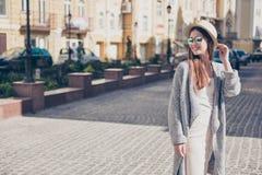 愉快的女孩在度假在一个时髦的帽子和太阳镜的,我们 库存图片