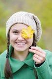 愉快的女孩在森林里 免版税图库摄影
