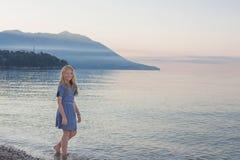 愉快的女孩在海运 库存照片