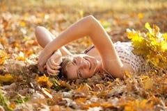 愉快的女孩在秋天公园在 库存图片