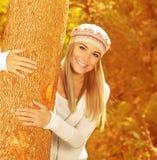 愉快的女孩在秋天公园 免版税库存照片