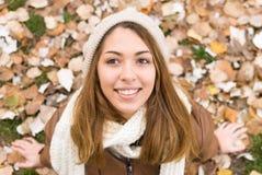 愉快的女孩在秋天 图库摄影