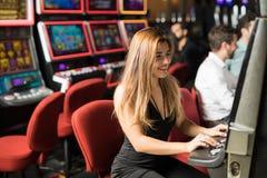 愉快的女孩在赌博娱乐场 免版税库存照片