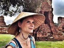 愉快的女孩在阿尤特拉利夫雷斯,泰国 免版税库存照片