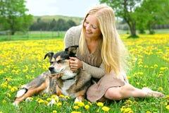 愉快的女孩外部演奏与德国牧羊犬狗 免版税库存照片