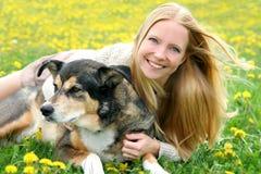 愉快的女孩外部演奏与德国牧羊犬狗 库存照片
