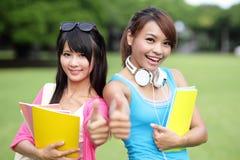 愉快的女孩大学生 免版税库存图片