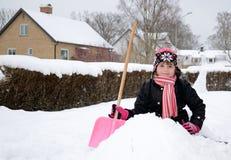 愉快的女孩少许坐的雪 库存图片