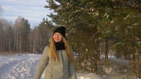 愉快的女孩年轻女人在步行的冬天本质上 股票录像