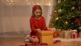 愉快的女孩开头圣诞节礼物在家 股票录像