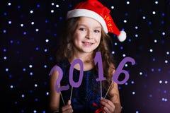 愉快的女孩拿着2016个数字,新年 库存照片