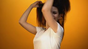 愉快的女孩挥动的头发,跳舞庆祝生活,精力充沛的成功的模型 股票视频