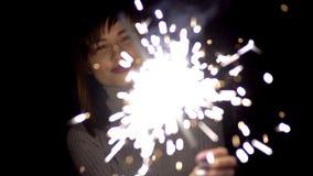 愉快的女孩是愉快的白种人孟加拉火出现明亮的火花,在圣诞节的庆祝 影视素材