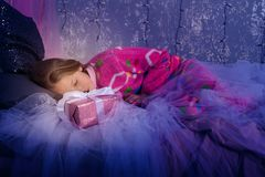 愉快的女孩甜甜地睡觉,圣诞节 免版税库存照片