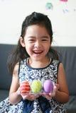 愉快的女孩用五颜六色的复活节彩蛋 免版税库存照片