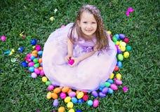 愉快的女孩用复活节彩蛋 图库摄影