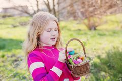 愉快的女孩用室外的复活节彩蛋 库存图片