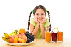 愉快的女孩用果子和汁液 免版税库存图片