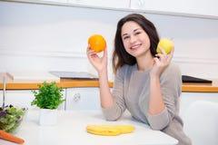 愉快的女孩用果子 免版税库存图片