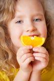 愉快的女孩用桔子 免版税图库摄影