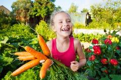 愉快的女孩用红萝卜 库存照片
