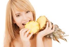 愉快的女孩用菠萝 库存照片