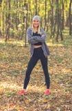 愉快的女孩画象在秋天公园 免版税库存照片