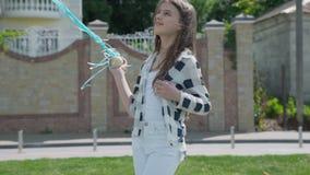 愉快的女孩画象摆在与气球户外在照相机 股票视频