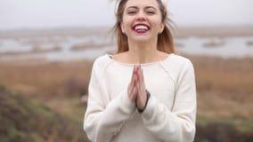 愉快的女孩笑和微笑 股票录像