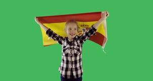 愉快的女孩跑与在色度关键绿色屏幕上的西班牙旗子 股票录像
